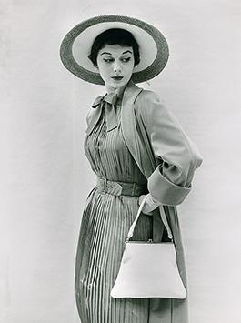 Smal midja, snäv eller vid kjol, smink och lagt hår var idealet för kvinnor på 1950-talet. Här har hon dessutom fått en passande gloria.  Foto: Gösta Glase