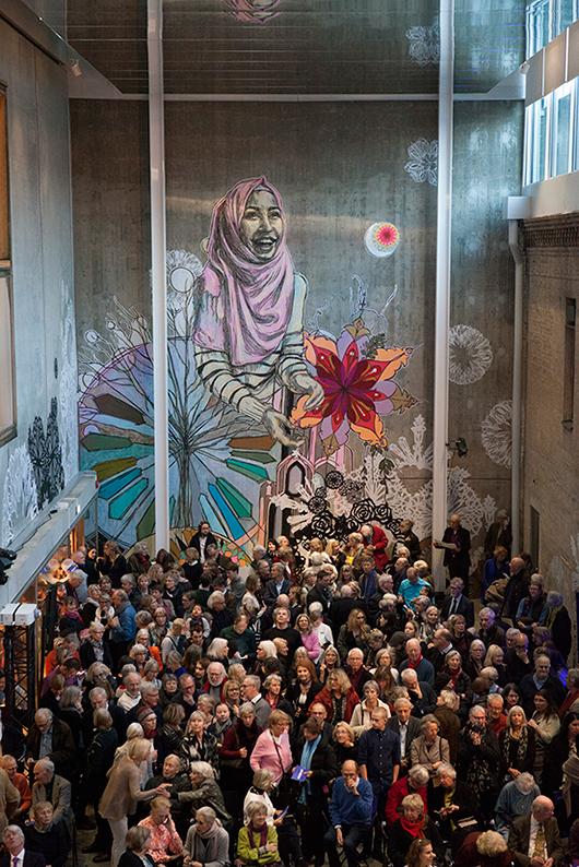 Från invigningen: den nio meter höga Birgit Rausings sal med väggmålning av konstnären Swoon. Foto: Emma Krantz / Skissernas Museum