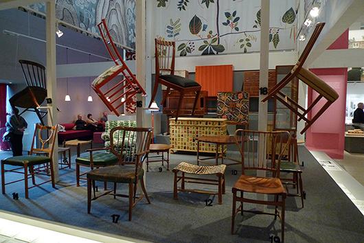 Ett av flera exempel på hur scenografen utnyttjat rummets höjd.