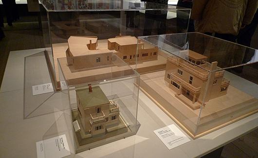 Några av många mycket välgjorda husmodeller som visas i utställningen.