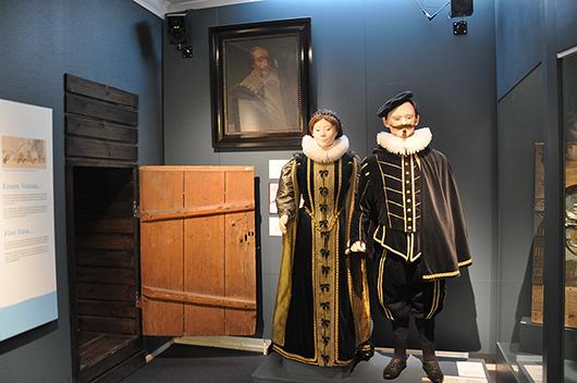 Kung Karl IX och hans drottning Kristina av Holstein-Gottorp välkomnar besökaren in i den kulturhistoriska utställningen Vasa 400.