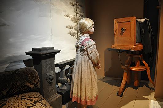 Att klä upp sig och gå till fotografen för att förevigas var en stor sak på 1800-talet. Kanske lugnade det barnen om fotografen var kvinna?
