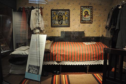 Sängen där Anna från Pörtom inte sov. Det dragiga golvet bredvid sängen utgjorde hennes bädd.