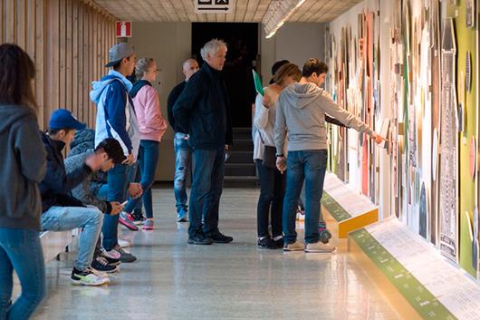 En grupp nyanlända på besök från Rättvik granskar tidslinjen.