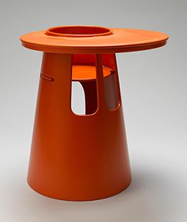 Barnstol, HI 56, i björkplywood av snickarmästare Lars Larsson och inredningsarkitekt Stig Lönngren skiljer sig från övriga möbler i och med den starka färgen och de rundade formerna. Men den är ändå enkel och ren i formen.  Foto: Matti Östling