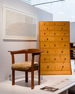 Möblerna står uppställda på podier av det helt återvinningsbara materialet Re-board, flankerade av möbelritningar, fotografier av Sune Sundahl och korta informativa texter. Foto: Matti Östling