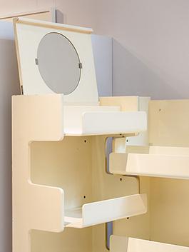 Väggskåp H 91, i björkplywood, gjort av snickarmästare Lars Larsson och inredningsarkitekt Stig Lönngren 1966 återspeglar en estetik med tydliga geometriska former som känns typisk för 1960-talet.. Foto: Matti Östling