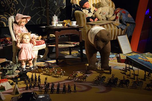 Leken pågår utan avbrott och besökaren bjuds in att leka med. Foto: Irène Karlbom Häll