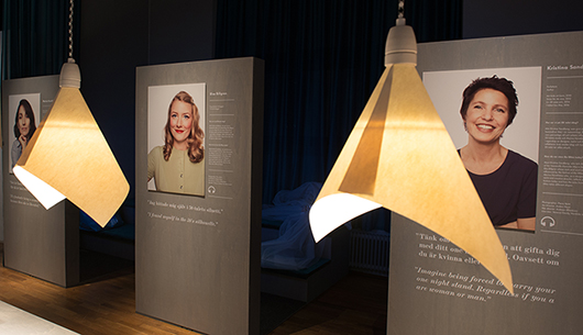 Tre samtida röster om kvinnans 50-tal avslutar utställningen och inspirerar besökaren att själv bidra med sina tankar om årtiondet. Foto: Peter Segermark