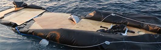 En trasig gummiflotte med träskivor till botten. Foto: SMM