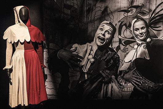 Till vänster Manne Lindholms kostym för Mia spelad av Bibi Andersson i Det sjunde inseglet, 1957. Till höger Nils Poppe och Bibi Andersson som gycklarna Jof och Mia. Foto: Jonas André, Scenkonstmuseet