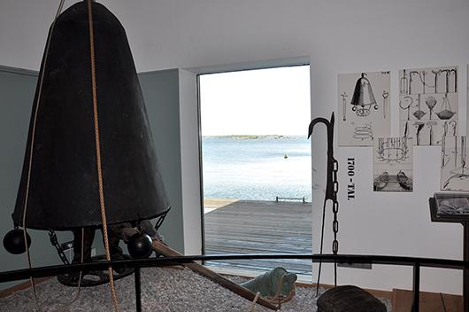 Vattnet strax utanför fönstret bidrar till helhetsupplevelsen på Marinmuseum, som här i utställningen Dykeriets historia.