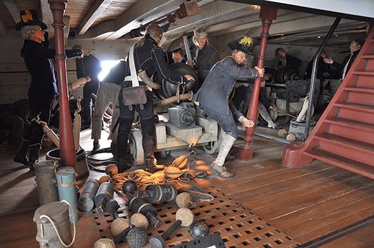 Ladda kanonerna! Alla män har sin plats i den stränga hierarkin ombord, från kruthämtare och kanonkastare till den 17-årige högvälborne greven som är batterichef.