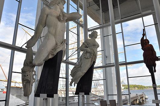 Besökaren får sträcka på nacken för att kunna studera de majestätiska skulpturerna i Galjonshallen.