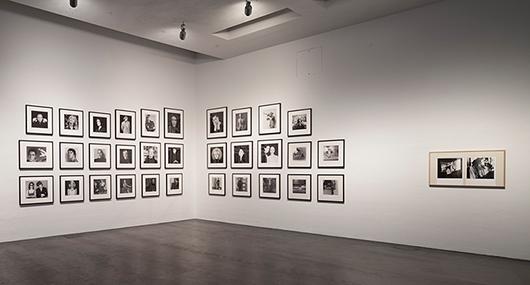 Ett urval av de porträtt på vänner och kända personer som Mapplethorpe fotograferade. Bland annat Keith Haring, Deborah Harry och en ung Arnold Schwarzenegger. Foto: Pirje Mykkänen, Finnish National Gallery
