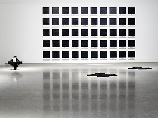 Riiko Sakkinnen, 50 States of Black, 2015; Tony Smith, Cross, 1962; Pia Wallén, Crux.  Foto: Jean-Baptiste Béranger