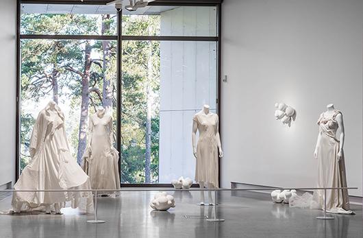 Yohji Yamamoto, klädesplagg; Jennifer Forsberg, Intrinsic - Utan titel, 2015.  Foto: Jean-Baptiste Béranger
