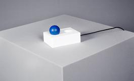 Sanna Gripner har låtit sig inspireras av fysikpristagarnas bidrag av energisnåla, effektiva lysdioder. Hon har i sin tolkning låtit elektronernas rörelse slå av och på den blå bollens inre sken när den flyttas från ena urskålningen till den andra.
