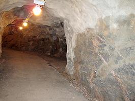 Med hjälp av en detonationsficka skulle tryckvågen hejdas av berget medan människorna kunde vika av i kröken och fortsätta inåt gången.