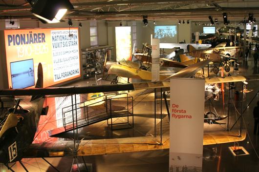 Den gamla basutställningen har utvidgats och visar nu ännu mer av det svenska militärflygets historia under 1900-talets första hälft.