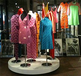 """Företaget Mah-Jong skapade unisexkläder i starka färger som en protest mot """"slit-och-slängsamhället""""."""