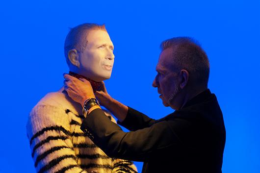 Jean Paul Gaultier klär själv på den docka som ska föreställa honom och interagera med besökaren i utställningen. Foto Emma Fredriksson, Arkitektur- och designcentrum