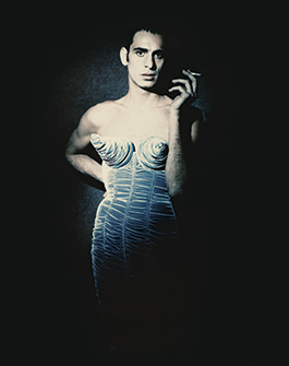 Tanel Bedrossiantz i en 1980-talskreation ur The Barbès collection. Foto: Paolo Roversi
