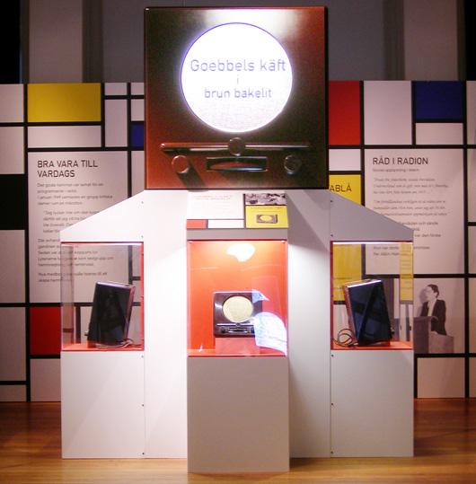 """Tre radioapparater i brun bakelit som tillhört Industrimuseet i Göteborg """"upptäcktes"""" i Stadsmuseets samlingar dit de nu hör. Ett litet forskningsarbete påbörjades och resultatet blev en utställning med oväntat innehåll."""