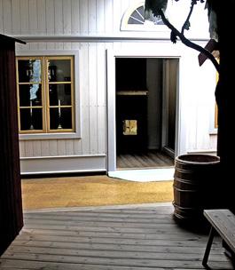 När utställningen kommer fram till 1700-talet befinner vi oss plötsligt i en adlig herrgårdsmiljö.
