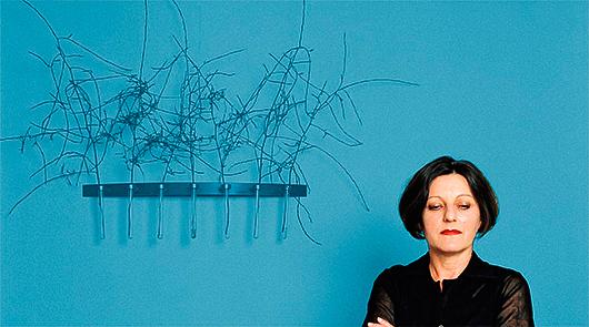 Utställningen ger ett sammanhållet estetiskt intryck mycket tack vare den ljusblå färgen.  Foto: Bettina Flitner