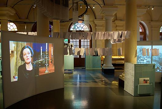 Dokumenten från Securitates akt över Herta Müller löper som en röd tråd genom hela utställningen.