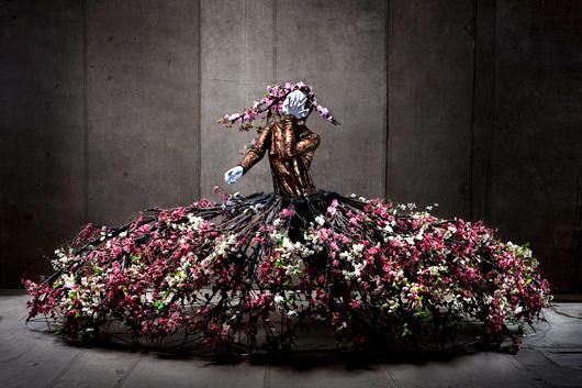 Körsbärsdalen står i blom i den här dräkten från Bröderna Lejonhjärta på Stockholms stadsteater 2009.