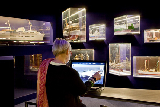 Båtmodeller exponeras i montrar som på sina ställen skär genom väggarna.