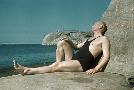 Man ska ha självförtroende för att lyckas se superb ut i baddräkt av brottarmodell.  Foto: Gunnar Lundh, Nordiska museet
