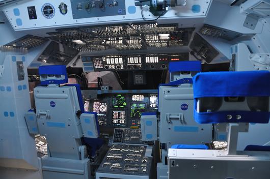 Vem vill inte kika in i rymdfarkostens cockpit?