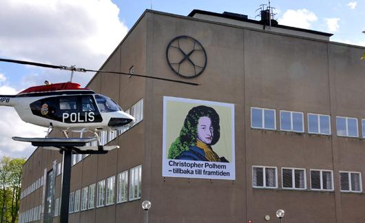 Polismuseets helikopter tycks vara på väg att flyga rakt in i 350-åringen Christopher Polhem.