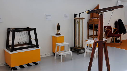 Newtons vagga, mikroskåp, en cartesiansk dykare och stjärnkikare återfinns i utställningens interaktiva avdelning.