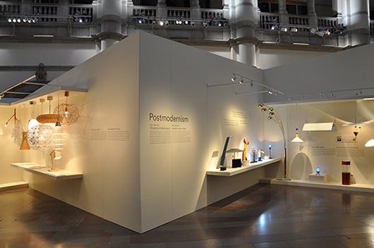 Utställningsformen konkurrerar inte med den pampiga hallen.