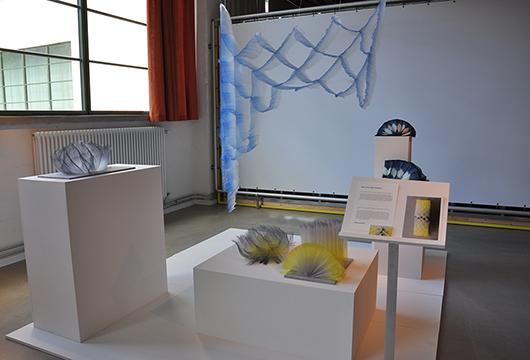 Mirjam Hemström skapar tredimensionell väv och färgar den för hand.