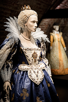 Maria av Medici står fritt i utställningshallen och tillåter besökaren en närkontakt som gör utställningen levande.
