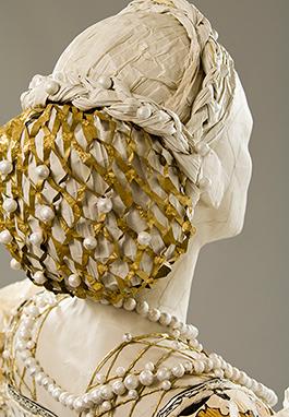 Eleonora av Toledos frisyr sedd bakifrån, vilket tyvärr inte är möjligt att se i själva utställningen då verket befinner sig i en monter. Foto: Andreas von Einsiedel