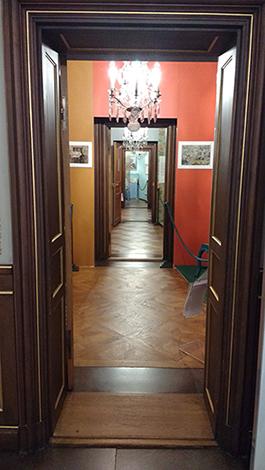Utställningen tar fem rum på Hallwylska museets ovanvåning i anspråk.