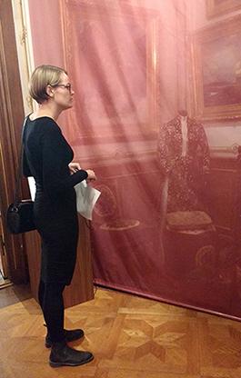 Genom ett rött skynke kan man se det äldre inredningsideal som Hallwylska huset representerar.
