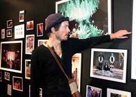 Henrik Vibskov vid pressvisningen på Röhsska museet. Foto: Mikael Lammgård