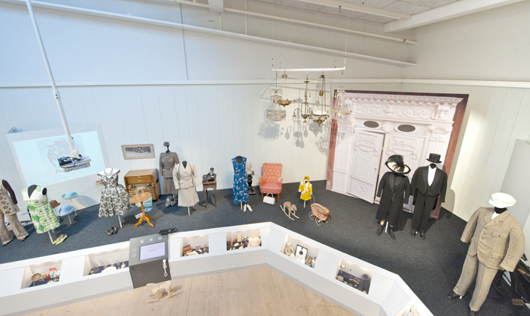 Själva utställningsrummets utmaning, med sin storlek och med sin krävande takhöjd, har vänts till en tillgång. Nu kan besökarna vistas på olika nivåer och få en överblick.