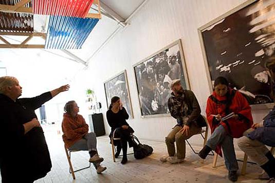 Projektledare Marita Castro visar utställningen.