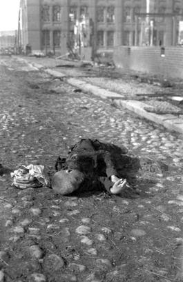 Ett av inbördeskrigets många offer, en pojke med händerna knäppta in i döden.