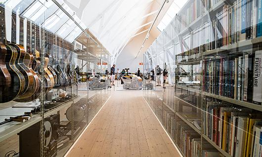 Fem stycken åtta meter långa hyllor fyllda med prylar exponerar Mats Theselius arkiv för inspiration.  Foto: John Nelander