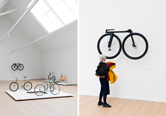 Infogad i den spatiösa utställningsestetiken blir cykeln ett konstobjekt. Foto: Johann Bergenholtz, Vandalorum