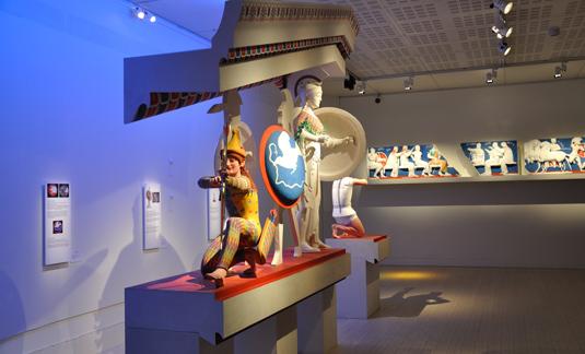 Finns det i själva utställningsspråket en vördnad för det avskalade och vita, trots utställningens brokiga ärende?